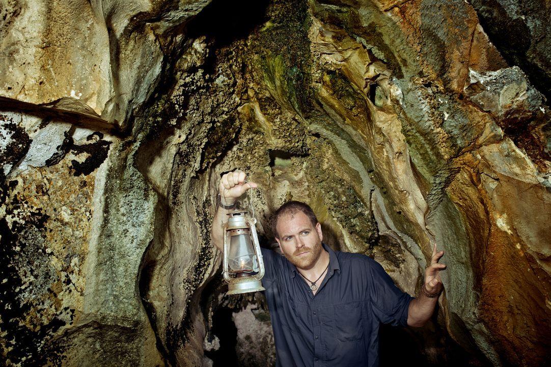 Josh Gates will auf den Kaimaninseln mehr über die Geschichte des Piraten Blackbeard erfahren und vielleicht sogar dessen verschwundenes Gold finden... - Bildquelle: 2015,The Travel Channel, L.L.C. All Rights Reserved