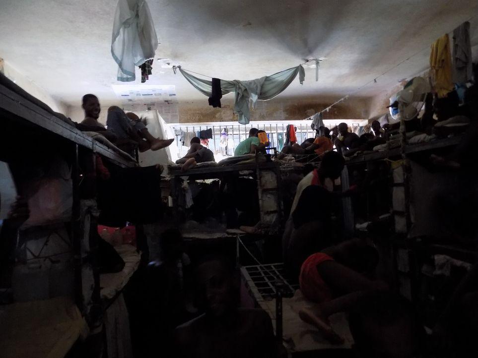 Obwohl das Horrorgefängnis von Haiti eigentlich nur rund 1200 Plätze hat, ist es mit über 4000 Insassen restlos überfüllt. Es herrschen dort unmensc... - Bildquelle: Quicksilver Media MMXVI