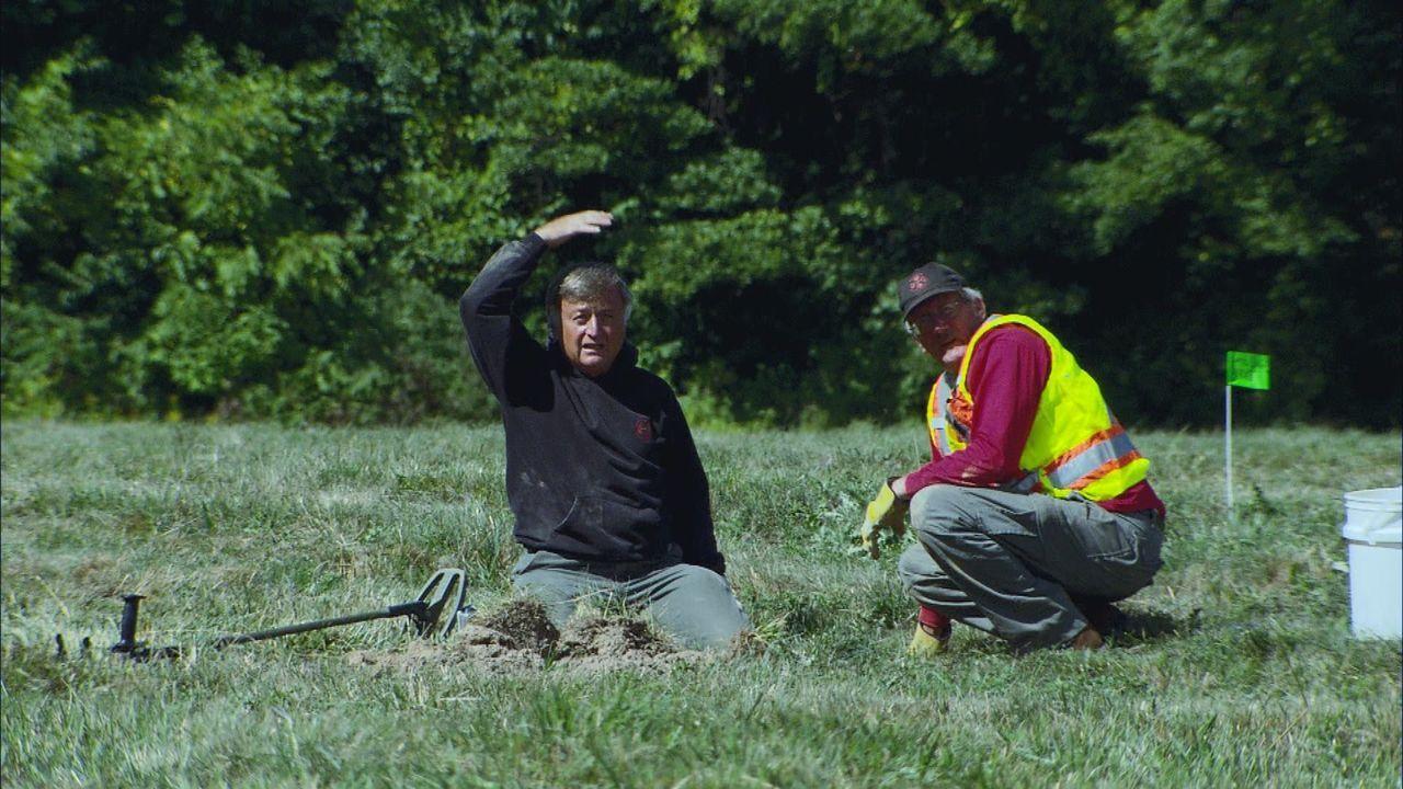 Eric (l.) und Terry (r.) von der Bombenentschärfungsfirma XTech entdecken in der Nähe eines Wohngebietes gefährlichen Sprengstoff ... - Bildquelle: 2012 PIXCOM PRODUCTIONS INC.