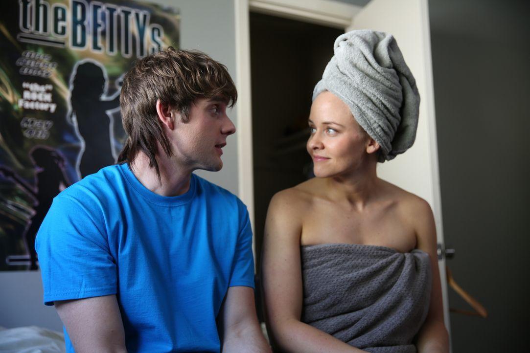 Teufllischer Plan: Pamela Smart (r.) flirtet mit dem minderjährigen Billy Flynn (l.) Er verliebt sich in die Blondine und ist sogar bereit, in ihrem... - Bildquelle: 2016 AMS PICTURES. All Rights Reserved
