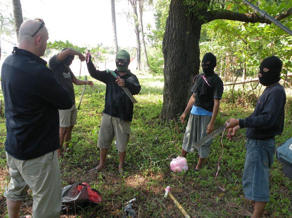 Die modernen Piraten sind extrem gewaltbereit und bis über beide Ohren mit gefährlichen Waffen ausgerüstet. Trotzdem macht sich Ross Kemp (l.) auf d... - Bildquelle: Tiger Aspect Productions 2009