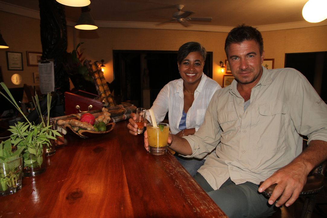 Karibische Cocktails: In Belize probiert sich Jack Maxwell (r.) durch die regionalen Gaumenschmeichler wie den Rum-Passionsfrucht-Cocktail, Fruchtwe... - Bildquelle: 2014, The Travel Channel, L.L.C. All Rights Reserved.