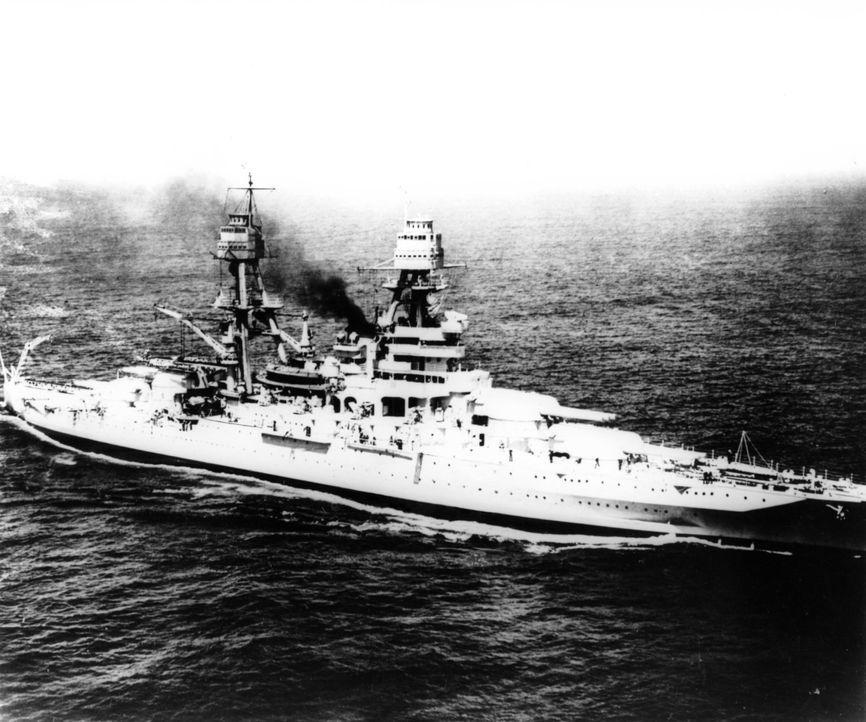"""Die """"USS Arizona"""" steht sowohl als Symbol für amerikanisches Heldentum als auch für die Demütigung einer Nation. Ausgerüstet mit Geschützen für den... - Bildquelle: Lou Reda Productions, Inc."""