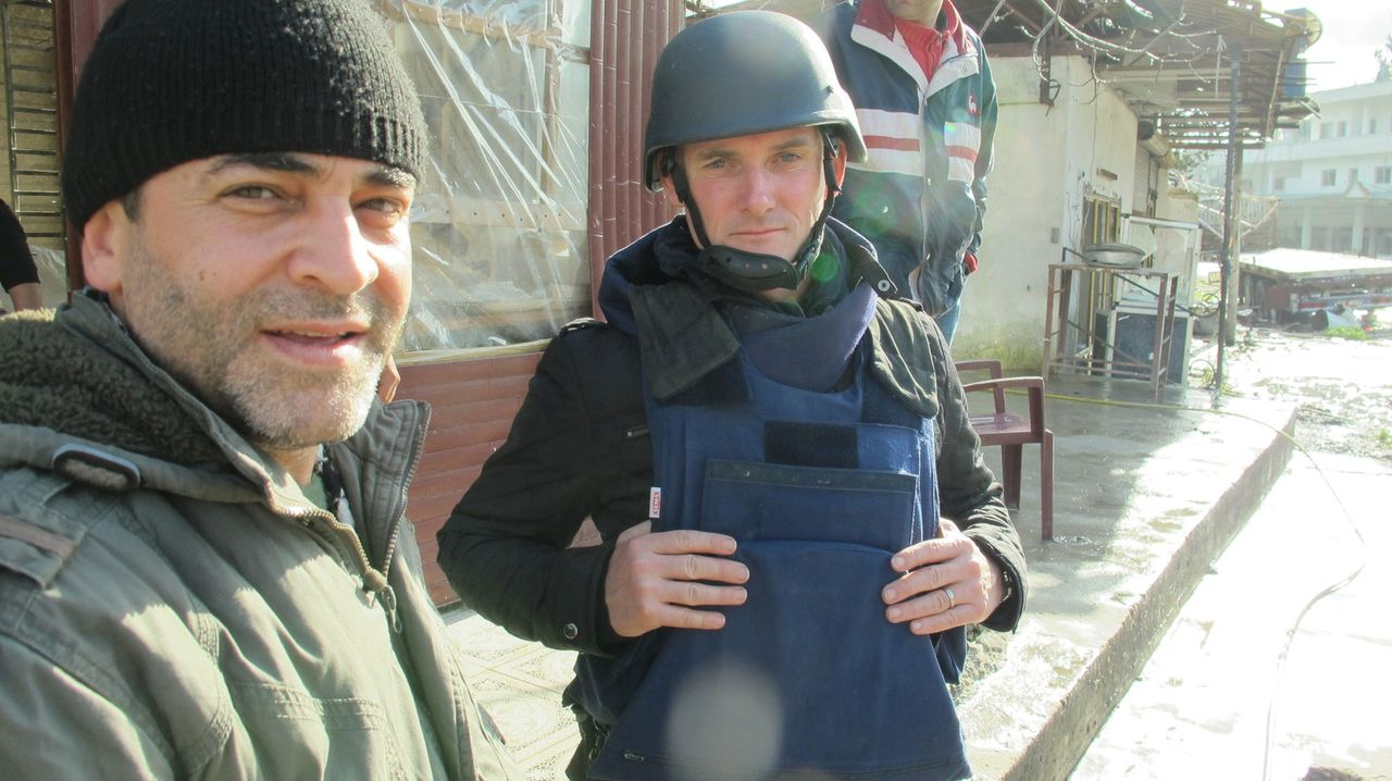 Während Bombenanschläge und Terror den Alltag in Syrien bestimmen, begleitet Evan Williams (r.) den syrischen Arzt Rami Habib (l.) in der Frontstadt... - Bildquelle: Quicksilver Media 2012