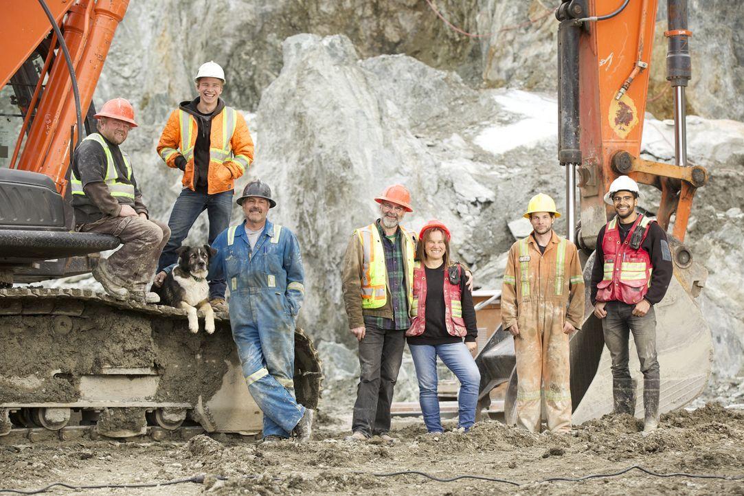 Der Großteil der Bewohner von Jade City arbeitet in der Mine von Claudia Bunce (3.v. r.) und ihrem Mann Robin (M.). - Bildquelle: Michael J.P. Hall