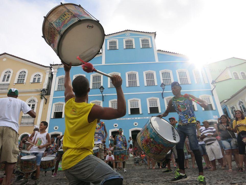 Anthony Bourdain kehrt zurück in die Stadt, die oft als Hauptstadt des Glücks bezeichnet wird, Salvador, und bestaunt die Straßen Festivals und Karn... - Bildquelle: 2014 Cable News Network, Inc. A TimeWarner Company All rights reserved