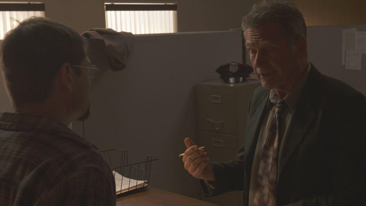 Im Büro des King County Sheriffs in Burien, Washington untersucht Ermittler Jon Holland (r.) das geheimnisvolle Verschwinden des 66-jährigen Oldtime... - Bildquelle: LMNO Cable Group