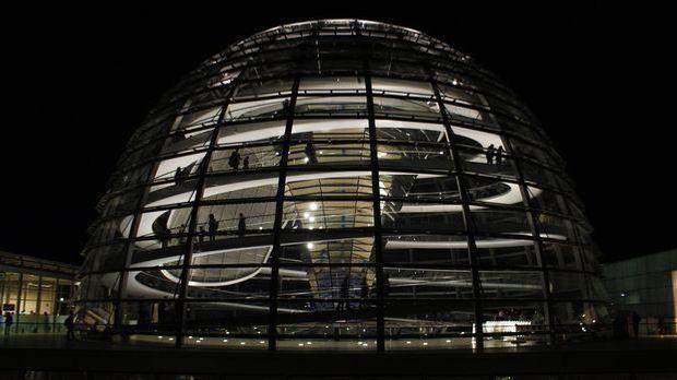 Die Glaskuppel des neuen Reichstags in Berlin von Stararchitekt Norman Foster...