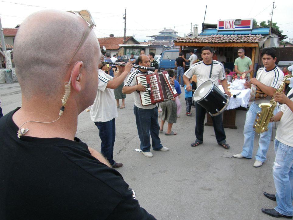 Die Roma werden in Bulgarien vor allem von den Medien immer wieder kriminalisiert. Ross Kemp (l.) will wissen, wie viel Wahrheit in den Nachrichten... - Bildquelle: IMG Entertainment 2008