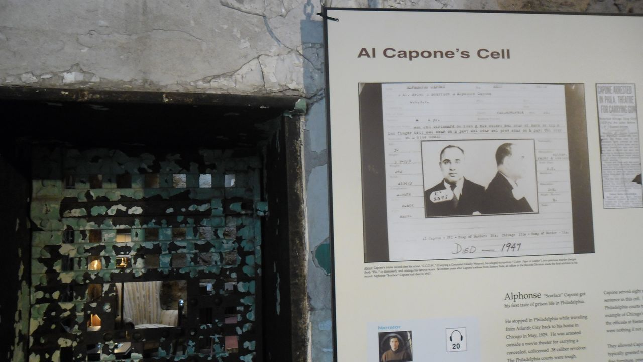 Auf den Spuren von Al Capones Geist: Journalist Don Wildman besucht eine Gefängniszelle, die ein Geheimnis über die Gangster-Legende Al Capone hütet... - Bildquelle: The Travel Channel, L.L.C. All Rights reserved.