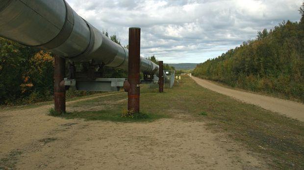 Heute führen riesige Öl-Pipelines durch Alaska, das eine Menge Erdölvorkommen...