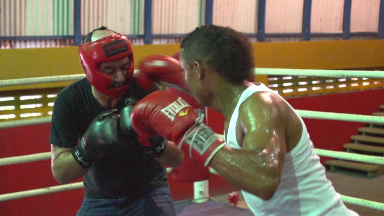 In Panama steigt Todd (l.) mit dem früheren Boxweltmeister Roberto Duran (r.) in den Ring ... - Bildquelle: 2015,The Travel Channel, L.L.C. All Rights Reserved