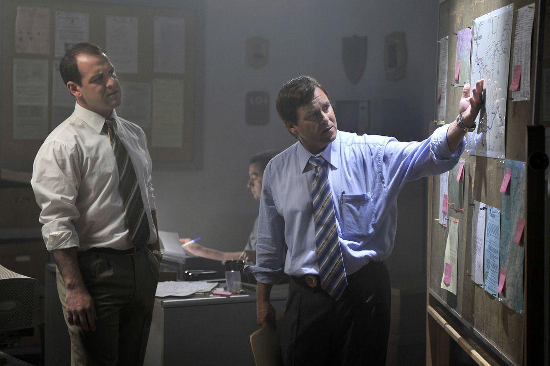 Als ein erfolgreicher Geschäftsführer verschwindet, setzten Harry Johnson (Mark Buck, l.) und Detective Bruce Sloan (Jay Kee, r.) mehrere Suchtrupps... - Bildquelle: Jag Gundu Cineflix 2012