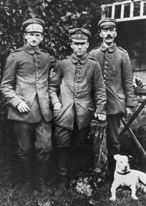 Ende 1916 wurde der Gefreite Adolf Hitler (r.) an der Westfront  von einem Granatsplitter getroffen. Mehrere Wochen kurierte er sich im Sanatorium i... - Bildquelle: Hulton Archive Hulton Archive/getty Images