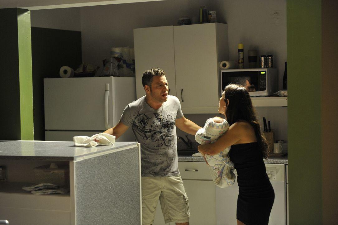 Der ehemalige Box-Champion Arturo Gatti (Jeremy Filosa, l.) gerät in Streit mit seiner Frau Amanda Rodriguez (Agueda Cardenas, r.). Kurze Zeit späte... - Bildquelle: Jag Gundu Cineflix 2012