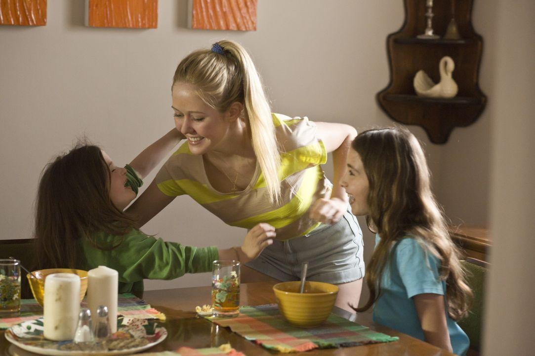 Die 14-jährige Karen Slattery (Lily Nesbit, M.) kümmert sich rührend um die beiden kleinen Nachbarstöchter - nichtahned, dass Ihr Leben an diesem Ab... - Bildquelle: Panagiotis Pantazidis Cineflix 2013