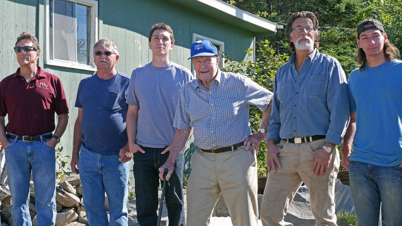 Die Brüder Marty (l.) und Rick Lagina (2.v.r.) beginnen samt Team mit ihrer Suche nach einem uralten Gewölbe im Money Pit, das möglicherweise einen... - Bildquelle: 2016 A&E Television Networks, LLC. All Rights Reserved