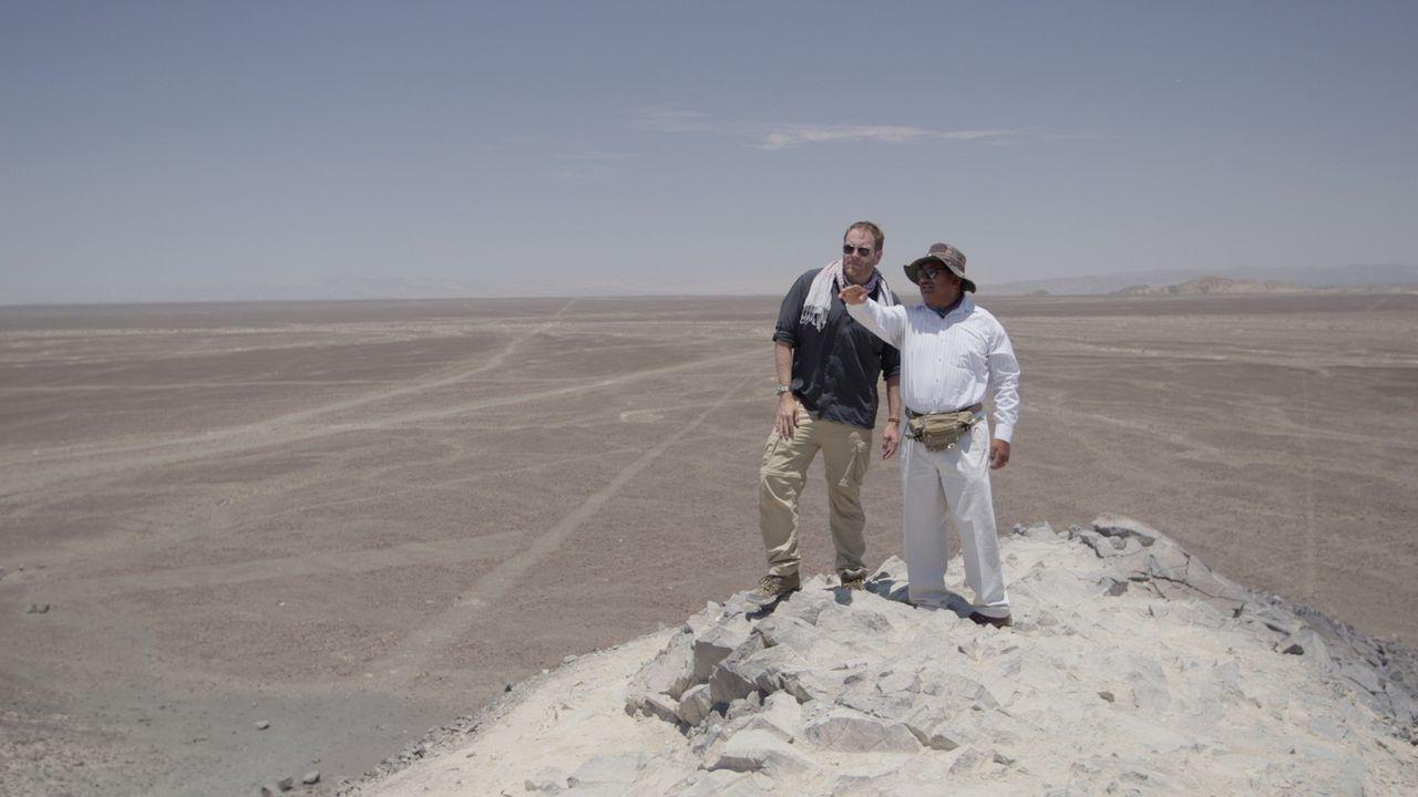 Auf geht's nach Peru! Josh (l.) möchte dort die Geoglyphen des Nazca-Stammes unter die Lupe nehmen ... - Bildquelle: 2015, The Travel Channel, L.L.C. All Rights Reserved.