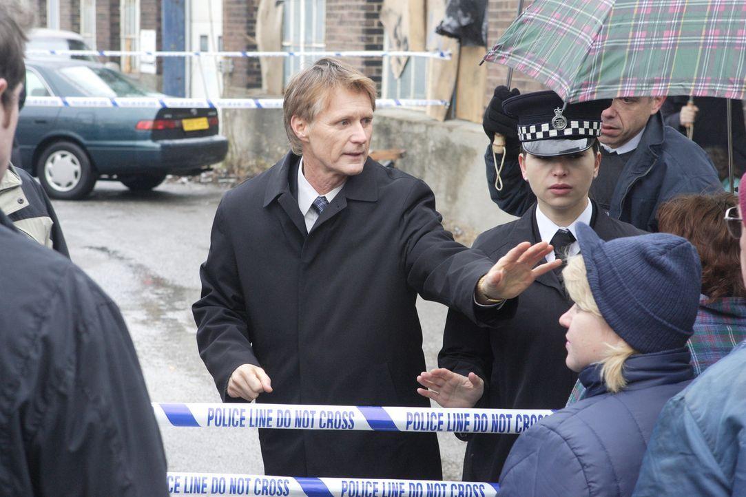 Im Jahre 1996 wird die Leiche der 18-jährigen Nicola Parson entdeckt. Detective John Essary (David Brandon George, l.) und sein Team müssen schnell... - Bildquelle: Ian Watson Cineflix 2008