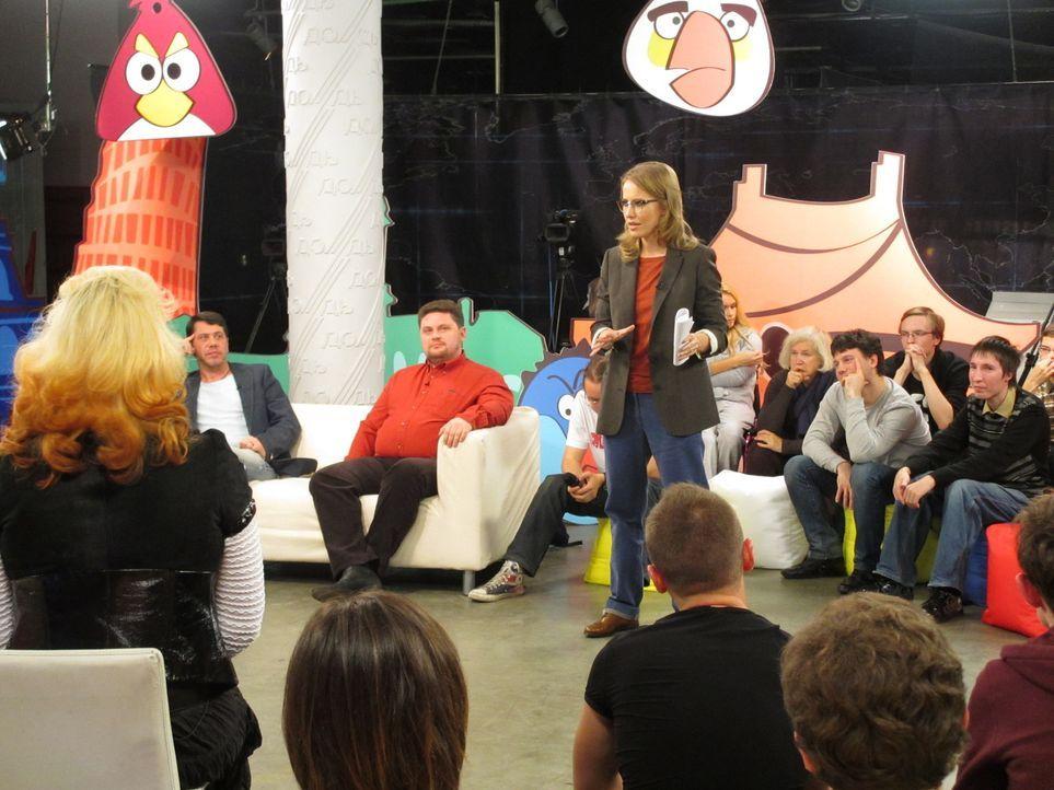 """Die bekannte russische Moderatorin und Putin-Kritikerin Ksenia Sobchak (M.) kämpft nicht nur in ihrer eigenen Politik-TV-Show """"GosDep"""" für die Demok... - Bildquelle: Quicksilver Media 2012"""