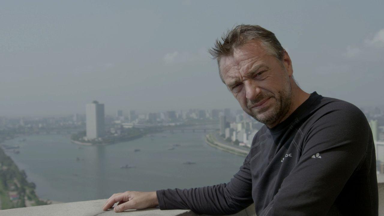 Nachdem er sich drei Jahre lang darum bemüht hat, ist es endlich gelungen. Tom Waes darf mit seinem Kamerateam in das verschlossenste Land der Welt... - Bildquelle: 2013 deMENSEN