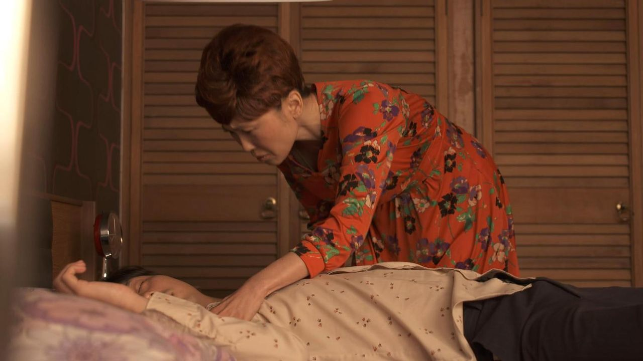 Filmpartnerin Betty Ting Pei (r.) versucht, Schauspieler Bruce Lee (l.) aufzuwecken. Doch er ist bereits bewusstlos und verstirbt später an den Folg... - Bildquelle: Channel 5 Broadcasting Ltd 2015