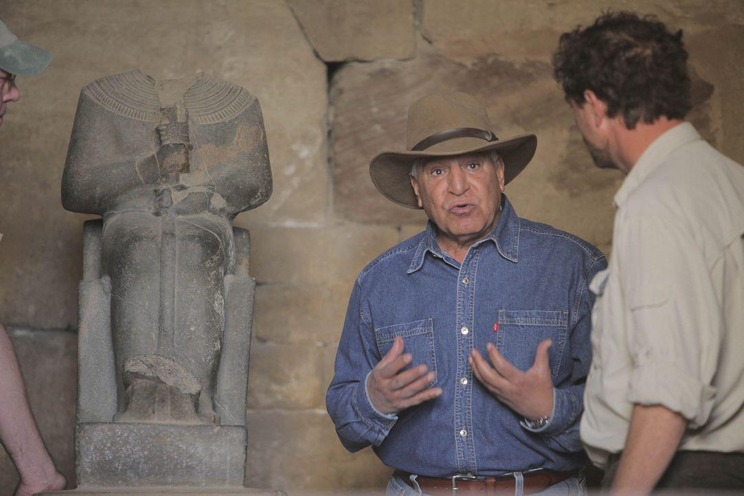 Mumienjäger: Der berühmte Archäologe und Ägyptologe Dr. Zahi Hawass (l.) teilt seine Erfahrungen mit einer Gruppe engagierter Studenten... - Bildquelle: Shawn Baldwin 2010 A&E TELEVISION NETWORKS. All Rights Reserved.