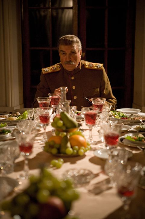 Nach dem Nazi-Angriff 1941sucht Joseph Stalin (Alexej Petrenko) die Unterstützung seiner neuen Alleierten-Kollegen Englands und  den USA. - Bildquelle: Mateusz Skalski BBC