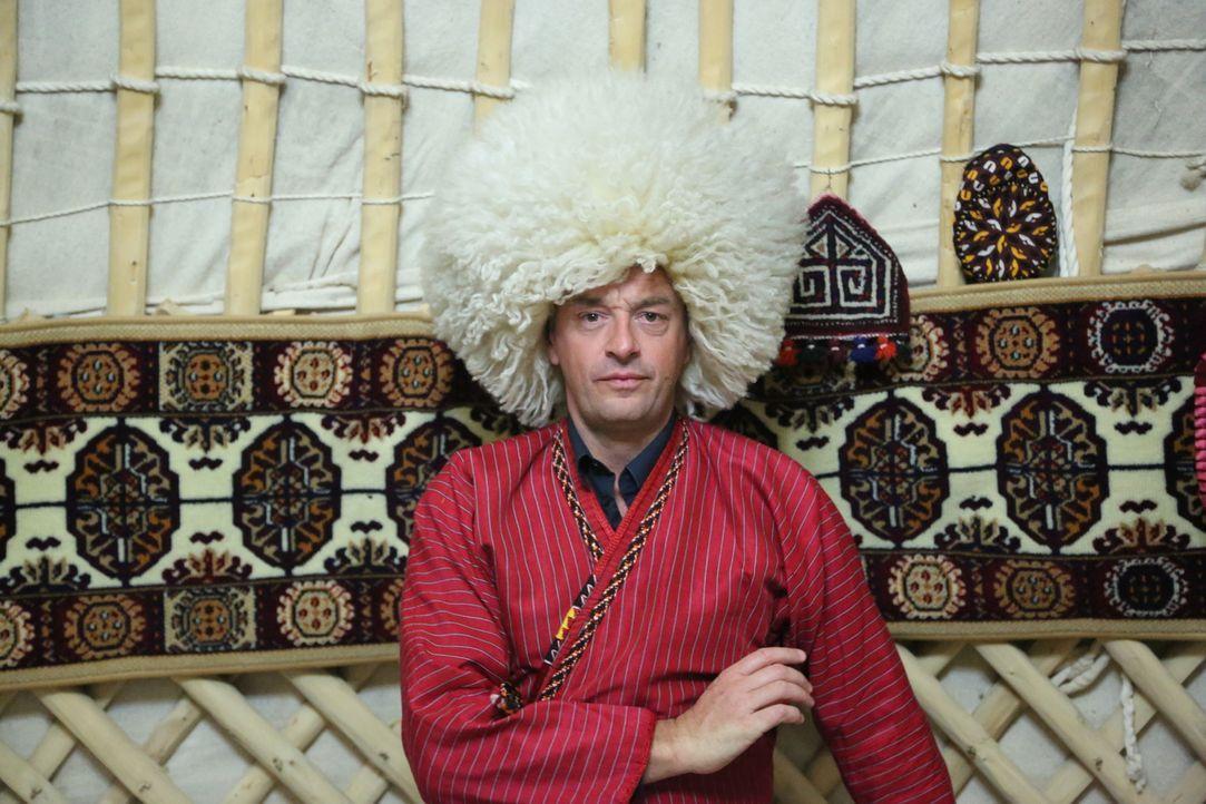 Tom Waes erstes Reiseziel ist die Präsidialrepublik Turkmenistan. Während er dort beeindruckende Bauten und Kulturschätze vorfindet, ist seine Beweg... - Bildquelle: 2013 deMENSEN