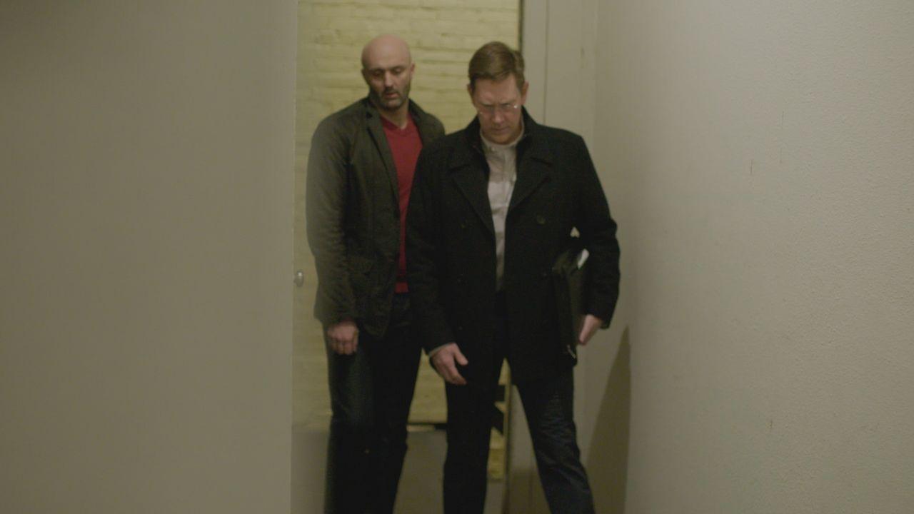 FBI Informant Daniel Kultin (l.); FBI Agent Len Carver (r.) - Bildquelle: 2019 Warner Bros. Entertainment Inc. and Wolf Reality, LLC.