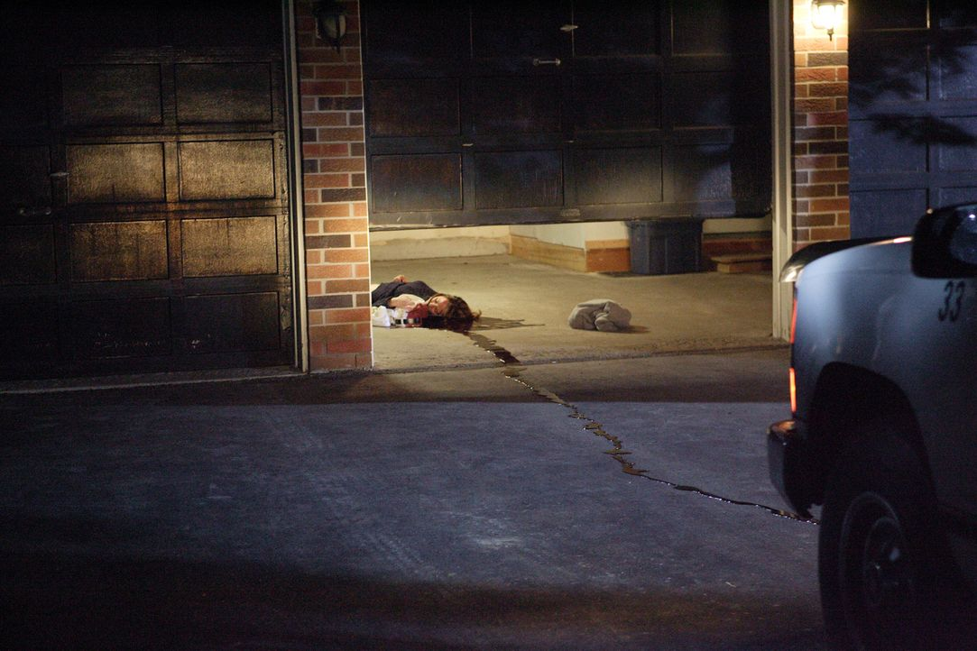 David Camm ist schockiert, als er seine Frau Kim (Laura Kryswaty) und seine beiden Kinder tot in der Garage auffindet. Für die Polizei gibt es keine... - Bildquelle: Ian Watson Cineflix 2007
