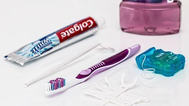 Produkte zur Zahnpflege: Zahnbürste, Zahnpasta, Zahnseide