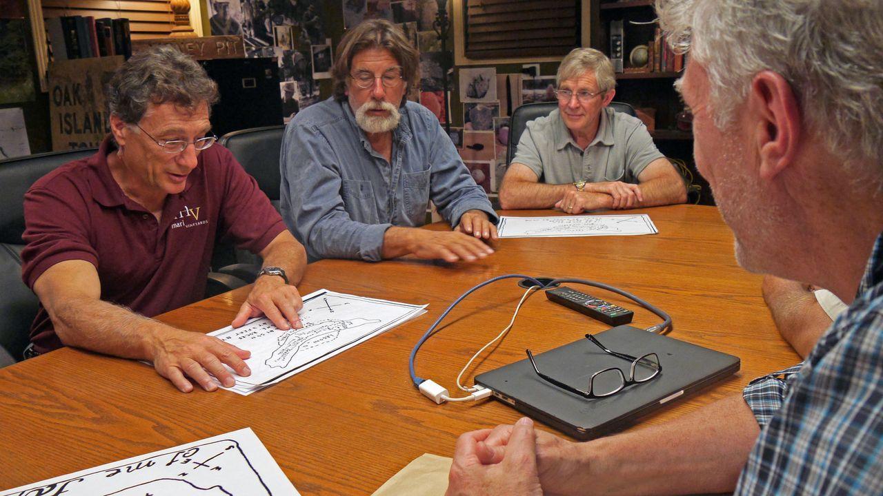 Die Brüder Marty (l.) und Rick  Lagina (2.v.l.) und ihr Team versuchen alles, um den geheimnisvollen Schatz von Oak Island endlich zu finden - Bildquelle: 2016 A&E Television Networks, LLC. All Rights Reserved