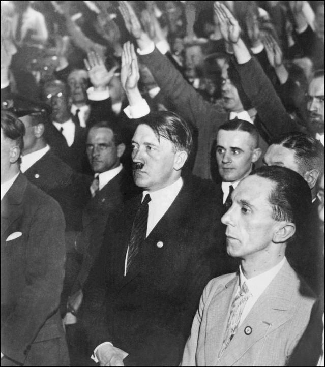 Als sich Deutschland in einer großen Depression befindet, versprechen Adolf Hitler (vorne 2.v.r.) und Joseph Goebbels (r.) neue Arbeitsplätze und ke... - Bildquelle: AFP/Getty Images