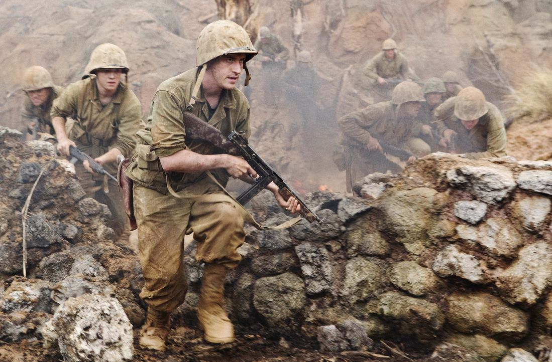 Eugene Sledge (Joe Mazzello, r.), Burgin (Martin McCann, l.) und die 1st Marine Division landen auf Okinawa, wo die Japaner mit koordinierten Selbst... - Bildquelle: Home Box Office Inc. All Rights Reserved.