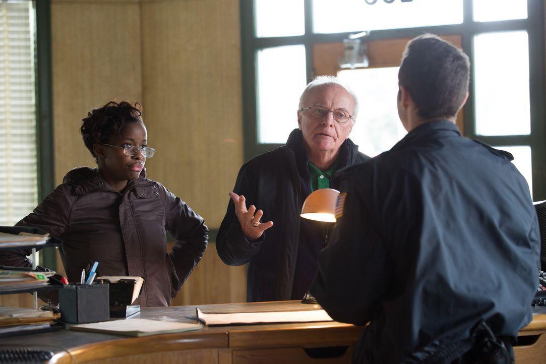 Jerry Keenan (M.) kämpft um Gerechtigkeit für seinen Sohn. Seit Jahren schikaniert ein Polizist die Familie und hat nun den unschuldigen John Keenan... - Bildquelle: Darren Goldstein Cineflix 2014