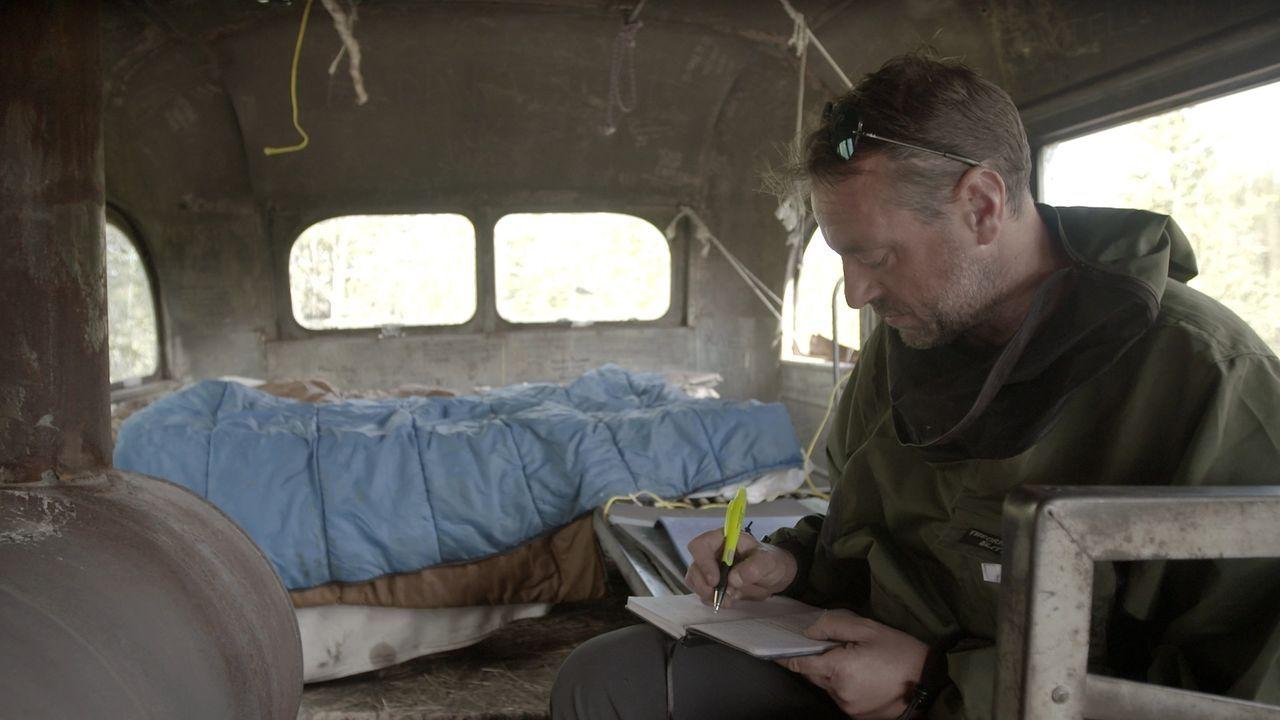 Das Tagebuch ist sein einziger Gesprächspartner: Tom Waes reist alleine durch die Wildnis von Alaska ... - Bildquelle: 2015 deMENSEN