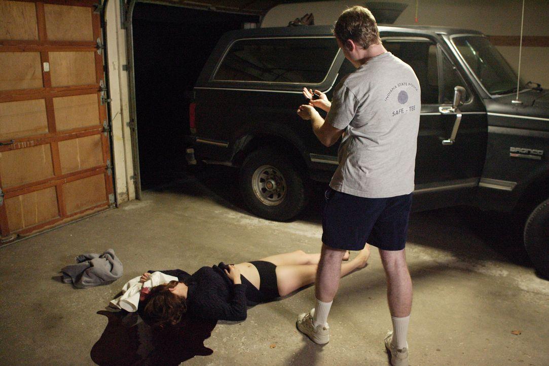 Der ehemalige Polizist David Camm (Justin Conley, r.) findet in seiner Garage die Leichen seiner Frau Kim (Laura Kryswaty, l.) und seiner zwei Kinde... - Bildquelle: Ian Watson Cineflix 2007