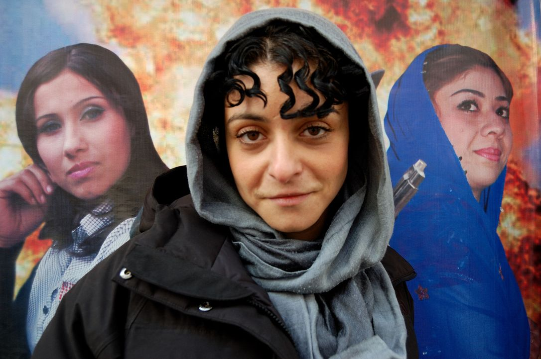Viele Einwohner von Kabul denken, es sei nur eine Frage der Zeit bis die Taliban wieder die Oberhand gewinnen - Reporterin Kleeman (M.) deckt ein to... - Bildquelle: Quicksilver Media 2012