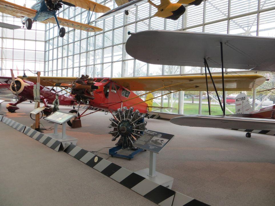 Don Wildman untersucht ein Flugzeug, das trotz minimaler Ausstattung flugtüchtig ist ... - Bildquelle: 2014, The Travel Channel, L.L.C. All Rights Reserved.