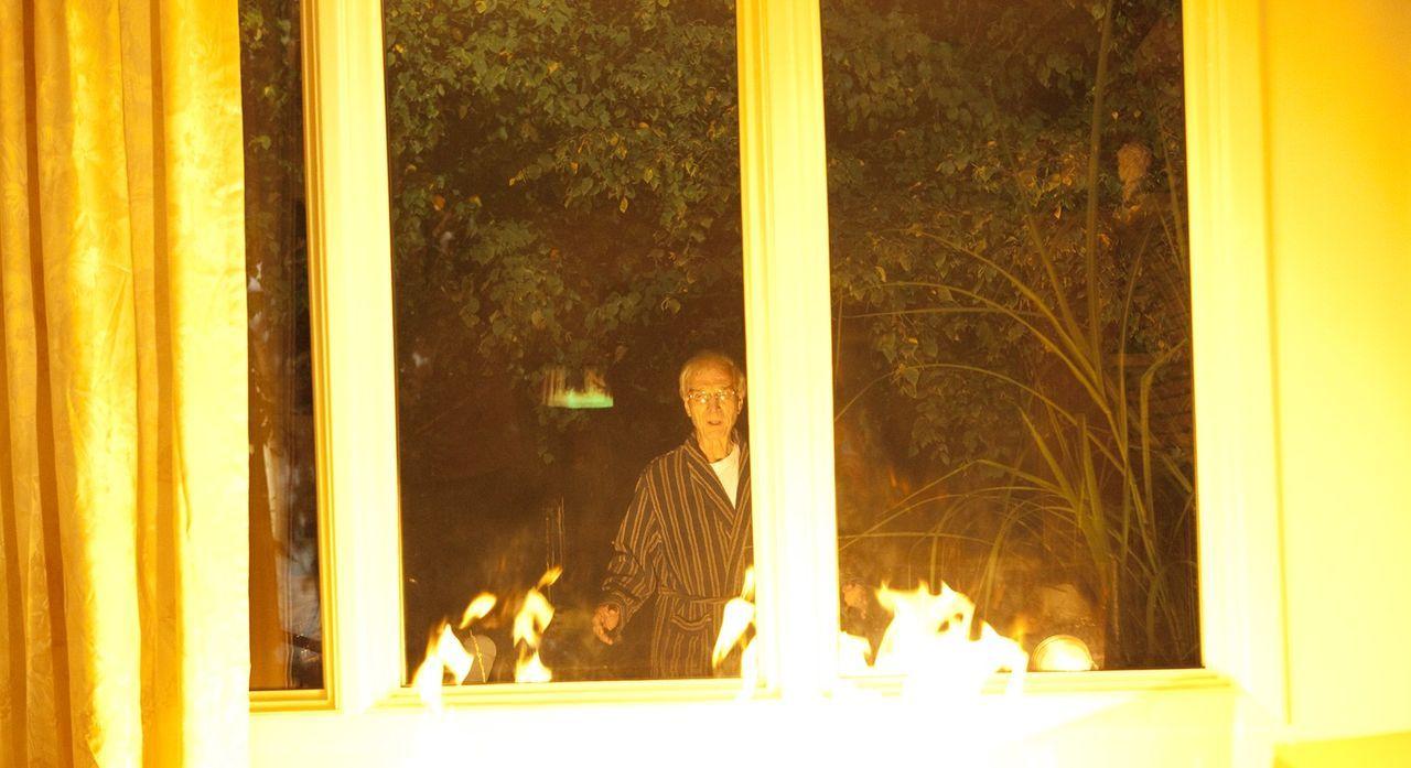 Wer ist der brutale Feuerteufel von Hernando County, der es auf unschuldige Rentnerinnen absehen hat? Als Bill Wilson (George Wilson) die Flammen im... - Bildquelle: Jeremy Lewis Cineflix 2010