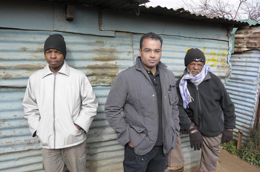Reporter Krishnan Guru-Murthy (M.) wagt sich ins südafrikanische Johannesburg und trifft sich dort mit Menschen, die sich vom Staat betrogen fühlen.... - Bildquelle: Quicksilver Media 2012