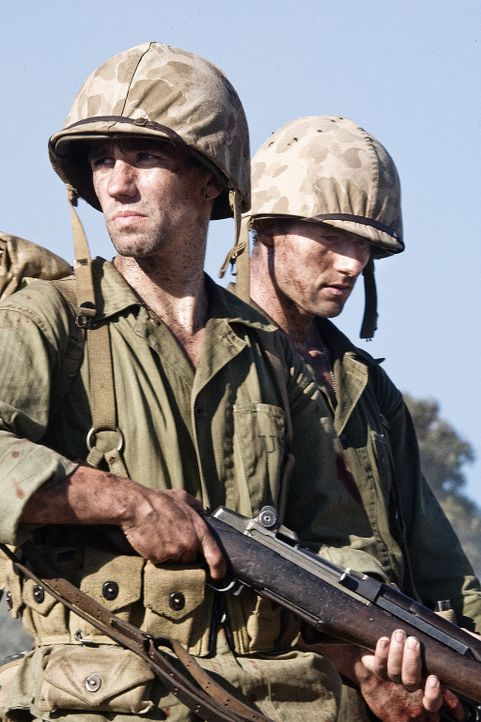 Himmelfahrtskommando Peleliu: Runner (Keith Nobbs, l.) und Bob Leckie (James Badge Dale, r.) ... - Bildquelle: Home Box Office Inc. All Rights Reserved.