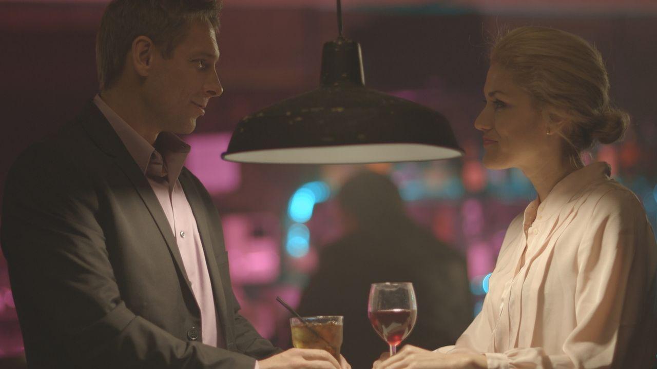 Haben sie ein Mordmotiv? Candace Arais (r.) - die Lebensgefährtin des Opfers - trifft sich mit ihrem Exfreund Duke Hardy (l.) im Nachtclub. - Bildquelle: LMNO Cable Group