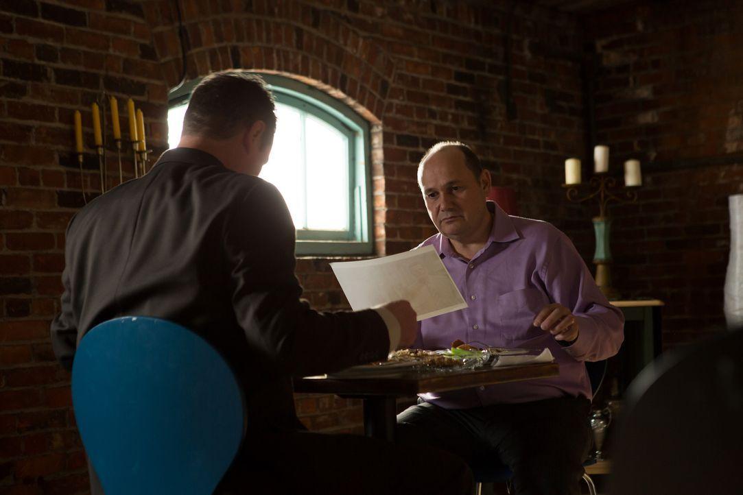 Privatdedektiv Steve Rambam (Randy Starr, l.) und Kollege Gabi treffen sich in Israel,  um über den Aufenthaltsort  des verschwundenen Psychaters un... - Bildquelle: 2014 CINEFLIX (INVESTIGATORS) INC.