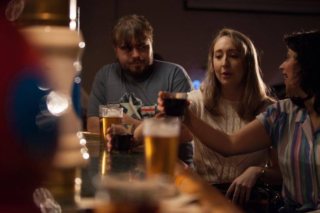 Am Abend vor ihrem Tod genießen Wendy (Cassondra Padfield, M.) und eine Kollegin einen entspannten Abend in einer Bar. Ein männlicher Gast (Adam Mar... - Bildquelle: Diego Garcia Cineflix 2014