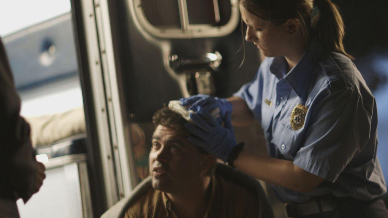 Im Mai 1996 eilen die Polizisten und Rettungskräfte zu einem Tatort in Virginia Beach. Die Ermittler finden die Leiche der Navy-Offizierin Elise Mak... - Bildquelle: LMNO Cable Group