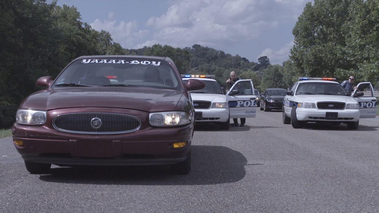 Hände hoch, Polizei! Auf der Suche nach dem Mörder von Kelly Knudson umzingelt die Polizei einen Tatverdächtigem mitten auf dem Highway... - Bildquelle: Jupiter Entertainment
