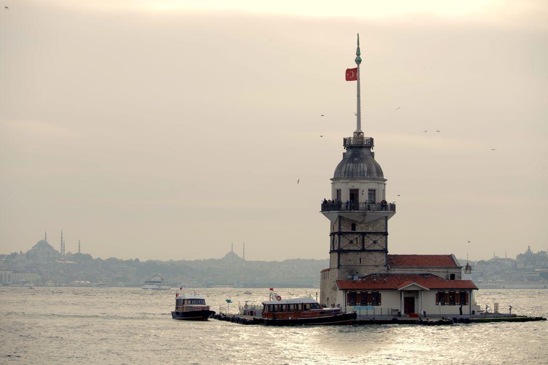 Obwohl das Trinken in der Türkei durch den muslimischen Glauben stark eingeschränkt ist, trinken die Türken trotzig und patriotisch in den großen St... - Bildquelle: 2014, The Travel Channel, L.L.C. All Rights Reserved.