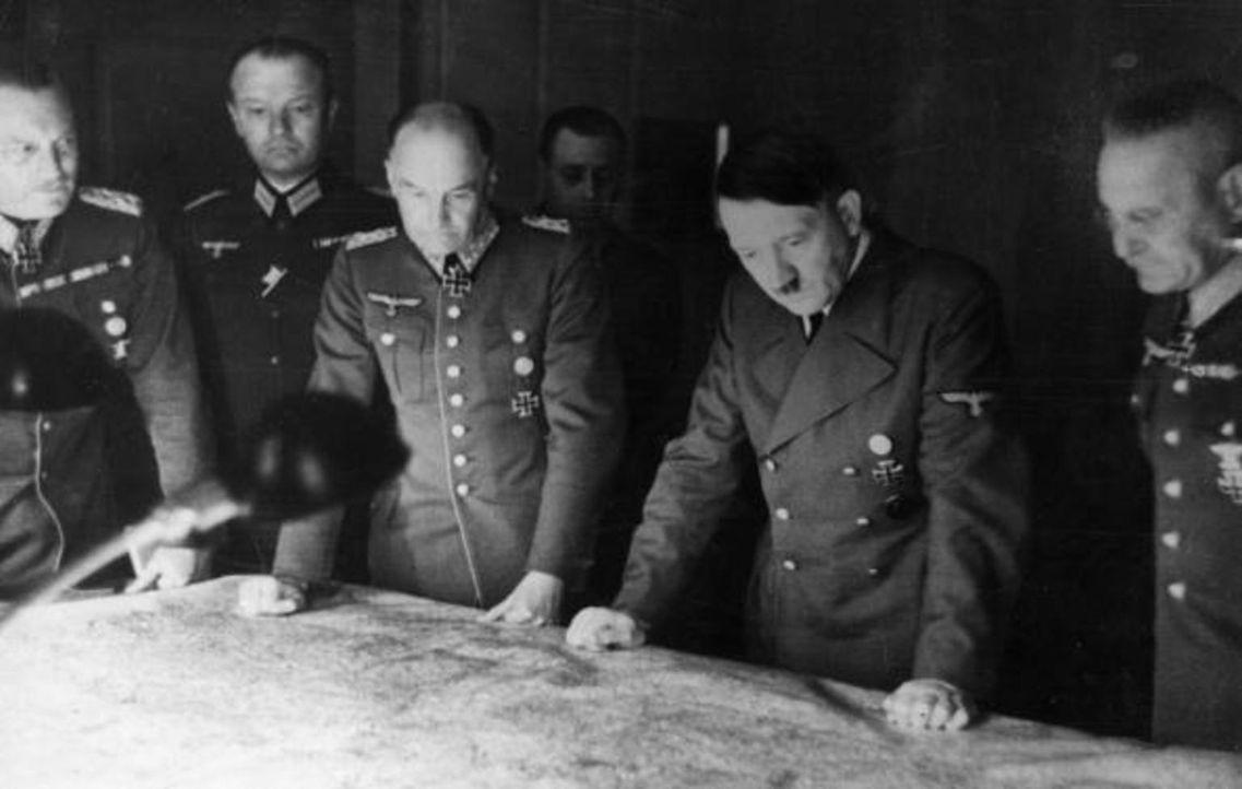 1941: Adolf Hitler (2.v.r.) und seine Generäle studieren Landkarten ... - Bildquelle: Heinrich Hoffmann Keystone/Getty Images